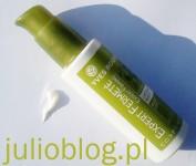Mleczko ujędrniająco-napinające do biustu z serii Roślinna pielęgnacja ciała Yves Rocher z wyciągiem z wąkrotki azjatyckiej. Mleczko ujędrniająco-napinające do biustu z serii Roślinna pielęgnacja ciała Yves Rocher z wyciągiem z wąkrotki azjatyckiej to kosmetyk pielęgnacyjny, który dba o piękny wygląd piersi i dekoltu, zapewniając efekt liftingu biustu. Mleczko zostawia na skórze satynową powłokę. Kosmetyk bazuje na wyciągu z liści wąkrotki azjatyckiej z Madagaskaru – dzikiej, tajemniczej rośliny, która potrafi stymulować produkcję kolagenu, co czyni z niej znakomity środek ujędrniający. Mleczko ujędrnia i napina skórę biustu i dekoltu. Zawiera: wyciąg z wąkrotki azjatyckiej z Madagaskaru – właściwości ujędrniające · olejek z kopry (kokosowy), masło karite, olej sezamowy bio, mangiferyna z Madagaskaru. SKUTECZNOŚĆ POTWIERDZONA TESTAMI: 78% kobiet, uważa, że po zastosowaniu Mleczka ujędrniająco-napinającego do biustu, ich dekolt wypiękniał.* *Test stosowania przeprowadzony w grupie 27 kobiet – efekty zauważone po 4 tygodniach stosowania. Stosuj Mleczko ujędrniająco-napinające do biustu codziennie rano i wieczorem, przez okres co najmniej miesiąca, masując skórę począwszy od biustu, poprzez dekolt w kierunku szyi.