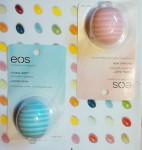 Moje dwa nowe balsamy do ust EOS w dwóch nowych smakach: Balsamy do ust Eos Lip balm Visibly Soft Coconut Milk & Vanilla Mint jeszcze nieotwierane. Dwa nowe balsamy EOS: Coconut Milk i Vanilla Mint. Eosy Coconut Milk, oraz Vanilla Mint nieco różnią się od swoich poprzedników. W nazwie mają: Visibly Soft, z czego wnioskuję że moje usta będą widocznie gładsze. Jeśli możliwe że będą jeszcze gładsze, niż po użyciu moich dwóch Eosów, to jestem bardzo ciekawa! Eosy z nowej serii mają dodatek witaminy E, witaminy C, masła shea, oraz wosku pszczelego, więc wszystko możliwe :) Skąd je wzięłam? Zamówiłam przez internet, w sklepie o którym już wspominałam a konkretnie butik4girls.pl. Ceny może nie są tam niskie, ale wolę już dopłacić i mieć gwarancję że dostaję oryginał i mieć u siebie paczkę w dwa dni :)