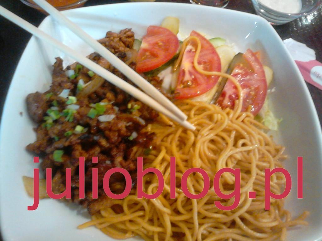 Super Miska w Ha Long: doskonale przyprawione mięso, makaron i sałatka. Jem oczywiście pałeczkami :)