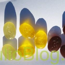 Szwajcarskie cukierki ziołowe bez cukru Ricola Oryginalne Cukierki Ricola – Oryginalne ziołowe łączą w sobie całe dobrodziejstwo 13 ziół uprawianych na górskich terenach Szwajcarii w naturalny sposób – bez użycia nawozów sztucznych czy pestycydów. Ten klasyczny dla Ricoli produkt wytwarzany jest od 1940 według tej samej, nie zmienionej receptury wykorzystującej wyciąg z leczniczych ziół wysokiej jakości. Dzięki zastosowaniu ziół: biedrzeńca mniejszego, czarnego bzu, przetacznika leśnego, mięty pieprzowej, szałwii, prawoślazu lekarskiego, tymianku, przywrotnika pospolitego, szanty zwyczajnej, babki zwyczajnej, pierwiosnka lekarskiego, krwawnika pospolitego i prawoślazu lekarskiego cukierki te doceniane są przez konsumentów na całym świecie przynosząc ulgę przy przeziębieniu, kaszlu i chrypce. Skład: Izomalt, wyciąg (1%) z mieszanki ziół Ricola (babka lancetowata, prawoślaz lekarski, mięta pieprzowa, tymianek, szałwia lekarska, przywrotnik pospolity, kwiat czarnego bzu, pierwiosnek lekarski, krwawnik pospolity, biedrzeniec mniejszy, przetacznik leśny, ślaz dziki, szanta zwyczajna) barwnik (karmel), sorbitol, substancje słodzące (aspartan, acesulfam-K), naturalny aromat mięty, mentol. Doświadcz wyjątkowo orzeźwiającego smaku jaki dają cukierki Ricola Alpin Fresh. Dzięki zastosowaniu naturalnych ziół z bujnych szwajcarskich terenów górskich ta wersja smakowa cukierków daje niezwykłe odświeżenie niczym lodowaty strumień latem. Skład: Izomalt, sorbitol, mentol, wyciąg (0,3%) z mieszanki ziół Ricola (babka lancetowata, prawoślaz lekarski, mięta pieprzowa, tymianek, szałwia lekarska, przywrotnik pospolity, kwiat czarnego bzu, pierwiosnek lekarski, krwawnik pospolity, biedrzeniec mniejszy, przetacznik leśny, ślaz dziki, szanta zwyczajna), substancje słodzące (aspartan, acesulfam-K),naturalne aromaty, kwas (kwas cytrynowy), naturalny aromat mięty, barwnik (chlorofile). Cukierki Ricola Melisa łączą w sobie oryginalny smak wyciągów ziołowych Ricola i mentolu z orzeźwiającą nutk
