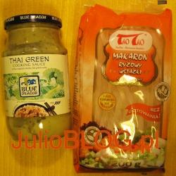Ostry Sos Tajskie Zielone Curry Blue Dragon i Makaron ryżowy wstążki TaoTao. Ostry sos na bazie naturalnych składników BLUE DRAGON. Tajski sos na bazie pasty z zielonego curry z dodatkiem mleczka kokosowego. Doskonały dodatek do wszystkich rodzajów mięs lub warzyw. Nie zawiera konserwantów. Makaron ryżowy wstążki TaoTao ma postać długich, półprzezroczystych wstążek. Cechuje go delikatny smak, który idealnie komponuje się z wieloma potrawami, zarówno orientalnymi, jak i tradycyjnymi. Jego zwarta struktura świetnie sprawdza się podczas smażenia. Doskonale pasuje również do zup.