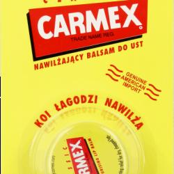 Unikalna receptura balsamu Carmex zawiera specjalne składniki, które powodują klasyczne uczucie mrowienia dające znać, że Carmex działa skutecznie, kojąc, nawilżając i chroniąc spierzchnięte, popękane usta. Wypróbuj go i przekonaj się, dlaczego jest on ulubionym balsamem gwiazd z Hollywood oraz specjalistów od makijażu na całym świecie. Sposób użycia: Nałożyć obficie tak często, jak jest to konieczne. Nałożyć ponownie po jedzeniu i piciu. Szczególnie wskazane jest użycie przed i po oddziałowywaniu słońca, wiatru lub niskich temperatur. Przez wiele lat balsam do ust Carmex był największym sekretem stosujących go modelek, celebrytów i wizażystów zajmujących się makijażem artystycznym. Trudno jest jednak utrzymać doskonały produkt w sekrecie przez dłuższy czas! Carmex to jeden z najlepszych balsamów do ust na świecie. Co minutę sprzedajemy 130 sztuk. Niezmiennie od 11 lat Carmex to najczęściej polecany przez farmaceutów w USA balsam do ust. Carmex w słoiczku składniki, skład - analiza sładu: Petrolatum, Lanolin, Cetyl Esters, Theobroma Cacao Seed Butter, Cera Alba, Paraffin, Camphor, Mentol, Salicylic Acid, Aroma, Vanilin