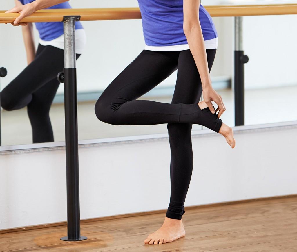 Legginsy do jogi Tchibo: 49,95 zł. Rozmiary od XS do L. Idealne spodnie do jogi nie są wyczuwalne podczas noszenia. Legginsy do jogi bez przeszkadzających szwów bocznych – wysoki komfort noszenia. Ściągacz w pasie doskonale leży i nie uwiera. Legginsy do jogi z zawartością elastanu - odporne na deformacje, doskonale leżą, zapewniają pełną swobodę ruchów. 2 warianty noszenia: ściągacze z otworem na piętę – można nosić również jako getry na stopy. Kolor: Czarny. Materiał: 50% poliamid, 44% wiskoza, 6% elastan. Bez przeszkadzających szwów bocznych – wysoki komfort noszenia Można nosić również bez ściągacza na stopę Fason: wąski