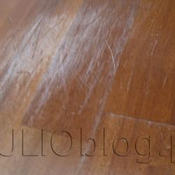 """Deska podłogowa SAPELLA FAMILY po trzech latach użytkowania. Deska podłogowa warstwowa SAPELLA FAMILY 3 Lamele z Leroy Merlin po 3 latach i 9 miesiącach użytkowania widać liczne zarysowania, przetarcia lakieru i wgniecenia. Biały kolor na pęknięciu deski oraz łączeniu klepek to wytarty lakier. Drewno deski podłogowej trójwarstwowej SAPELLA FAMILY pochodzi z podzwrotnikowych rejonów Afryki. Z racji swojego wyglądu oraz parametrów bardzo często porównuje się je do drewna mahoniowego. Prezentowane deski mają grubość 14 mm. Ich twardość, według współczynnika Brinella wynosi 34 MPa, dlatego też zostały zabezpieczone aż siedmioma warstwami utwardzanego UV lakieru. Po ułożeniu deska SAPELLA FAMILY sprawia wrażenie pięknej, tradycyjnej klepki podłogowej (trzy lamele) o głębokim, jedwabistym połysku. Można je montować na ogrzewaniu podłogowym. Podłoga drewniana """"oddycha"""", dzięki czemu reguluje mikroklimat domów i mieszkań. Absorbuje wilgotność i oddaje ją z powrotem, gdy powietrze staje się bardziej suche. Jonizuje powietrze, nie elektryzuje się i nie przyciąga kurzu (ważne zwłaszcza dla osób ze skłonnościami do alergii). Zapewnia izolację termiczną pomieszczenia odczuwaną jako """"ciepła podłoga"""". Możliwość montażu na ogrzewaniu podłogowym. Współczynnika Brinella 34 MPa dla sapelli, to naprawdę bardzo mało. Zwłaszcza do salonu i do obszaru stołu w jadalni. Na poniższych zdjęciach przedstawię Wam, jak wygląda Deska podłogowa warstwowa SAPELLA FAMILY 3 Lamele z Leroy Merlin po 3 latach i 9 miesiącach użytkowania. Jest porysowana praktycznie na całej powierzchni, ma najróżniejsze wgniecenia, a lakier brzydko się poprzecierał tworząc nieestetyczny biały efekt."""