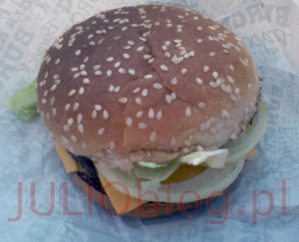 julioblog.pl-obiad-w-burger-king-kanapka-big-king-Wgryź-się-w-sezamową-bułkę,-z-dwoma-kawałkami-grillowanej-na-ogniu-wołowiny,-świeżą-sałatą,-cebulką,-piklami,-pysznym-serem-i-wyjątkowym-sosem-Big-King