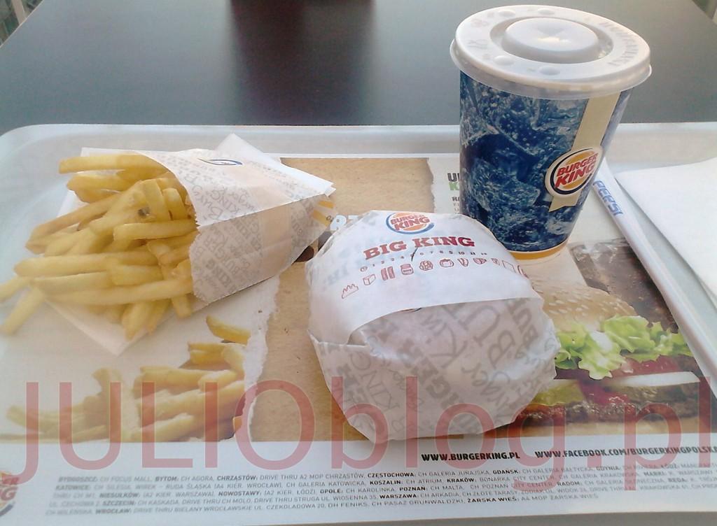 julioblog.pl-obiad-w-burger-king-kanapka-big-king-Wgryź-się-w-sezamową-bułkę,-z-dwoma-kawałkami-grillowanej-na-ogniu-wołowiny,-świeżą-sałatą,-cebulką,-piklami,-pysznym-serem-i-wyjątkowym-sosem-Big-King-frytki-i-napój--z-dolewką