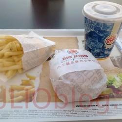 Obiad w Burger Kingu z kuponem Mc Donald's zestaw Big King w Burger Kingu za 10zł. Wgryź się w sezamową bułkę, z dwoma kawałkami grillowanej na ogniu wołowiny, świeżą sałatą, cebulką, piklami, pysznym serem i wyjątkowym sosem Big King. A dla dodatkowych wrażeń smakowych dodajemy pyszne duże frytki i napój z dolewką.