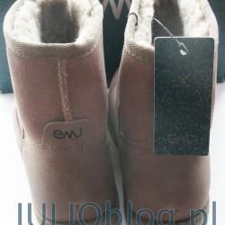 """Moje nowEMU AUSTRALIA Spindle Mini w kolorze Mushroom Champignon Style W11019e buty Emu. Cholewka w całości wykonana została ze skóry naturalnej (bydlęcej). Wnętrze obuwia (wyściółka) wykonane zostało z wełny merynosów (Australijskich owiec), co zapewnia lepsze utrzymywanie ciepła oraz dobrą cyrkulację powietrza. Opatentowana, elastyczna podeszwa Emu składa się z trzech warstw: - specjalny wzór nacięć zwiększa przyczepność do podłoża. - podeszwa środkowa Eva zapewnia lekkość oraz amortyzację. - anatomicznie ukształtowana wkładka (wykonana z wełny merynosów) zapewnia wyjątkowe poczucie komfortu. Wyprofilowany, usztywniony zapiętek oraz przód obuwia (nosek) zapewnia stabilność oraz sztywność buta. Z boku cholewki wytłoczono nowe logo Emu """"strusią łapkę""""."""