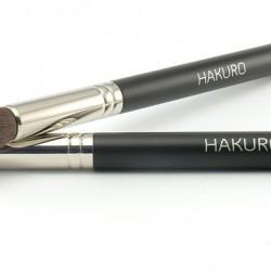 Pędzel do makijażu HAKURO H22 wykonany jest z włosia syntetycznego. Pędzel HAKURO H22. Pędzel idealny do nakładania korektora oraz pudru na okolice oczu. Może być stosowany do nakładania rozświetlaczy na szczyty kości policzkowych. Rozprowadza produkt nie pozostawiając smug. Trzonek pędzla wykonany jest z naturalnego drewna. Pędzel HAKURO H22 jest dość uniwersalny ponieważ można go stosować do: korektorów, kosmetyków brązujących, kosmetyków do konturowania owalu twarzy, kosmetyków rozświetlających, kosmetyków mineralnych. Pędzel do makijażu HAKURO H22 kosztuje 26.50zł.