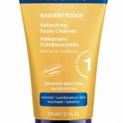 Rozświetlająca emulsja do mycia twarzy Lumene Radiant Touch. Tubka 150ml kosztowała 33,99zł.Opis producenta: Odświeżająca emulsja oczyszcza twarz z zanieczyszczeń i makijażu. Wyciąg z maliny moroszki przywraca skórze naturalny blask i witalność. Zawiera 90% naturalnych składników. Nie zawiera parabenów. Sposób użycia: aplikuj rano i wieczorem na wilgotną skórę. Okrężnymi ruchami usuń zanieczyszczenia. Spłucz wodą, a następnie przemyj twarz tonikiem. Co ważne, Rozświetlająca emulsja do mycia twarzy Lumene Radiant Touch nie zawiera Sodium Laureth Sulfate, co było dla mnie ważne. Składnikiem myjącym jest tutaj Disodium Laureth Sulfosuccinate – bardzo łagodna dla skóry substancja myjąca. Rozświetlająca emulsja do mycia twarzy Lumene Radiant Touch – składniki: Water, Hydrogenated Polydecene, Disodium Lauryl Sulfosuccinate, Prunus Amygdalus Dulcis (Sweet Almond) Oil, Glyceryl Stearate, Cocamidopropyl, Betaine, Cetearyl Alcohol, Stearic Acid, PEG-75 Lanolin, Sodium Lauroyl Sarcosinate, Acrylates/C10-30 Alkyl Acrylate Crosspolymer, Sodium Benzoate, Potassium Sorbate, Sodium Hydroxide, Rubus Chamaemorus Seed Oil, Phenoxyethanol, Benzoic Acid, Dehydroacetic Acid, Hexyl Cinnamal, Limonene, Linalool, Parfum.