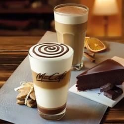 McCafé: CINNAMON & ORANGE LATTE. Rozgrzewająca, cynamonowa latte z nutą pomarańczy. GINGERBREAD LATTEPiernikowe Latte Macchiato z dodatkiem polewy o smaku czekoladowym. CZEKOLADOWA MAGIA. Ciasto bardzo czekoladowe z aksamitną polewą czekoladową.