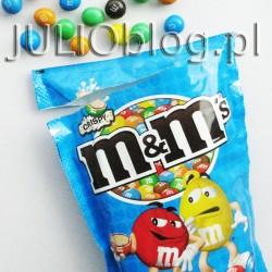 M&M's® Crispy z… Biedry. M&M's® Crispy dostępne zdaje się tylko w Biedronce. M&M'S® są najpopularniejszymi słodyczami na świecie od 1941 roku. Czekolada w kolorowych skorupkach znana jest na całym świecie. Cukierki M&M'S® są dostępne w wersji czekoladowej, orzechowej i crispy. M&M's® Crispy są smaczne: słodkie, chrupiące, rozpływające się w ustach, kolorowe. Chociaż kolory wydają mi się jakieś takie wyblakłe, nie wiem dlaczego… W paczce M&M's® Crispy są: żółte, czerwone, zielone, pomarańczowe i brązowe M&M'sy. Przy czym pomarańczowe M&M's® mają tendencję do większego kruczenia się. julioblog.pl-m&m-crispy-cukierki-czekoladowe-mm-w-niebieskim-opakowaniu-dostęne-w-biedronce-biedronka-biedra-m&msy-pomarańczowy-m&ms-CRISPY Zmierzam więc w końcu do tego, że M&M's® Crispy są jakieś takie… mało M&M'sowe. Jeśli macie ochotę spróbować czegoś nowego to polecam. Ale ja wracam do klasycznej wersji M&M's® najlepiej orzechowej :)