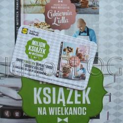 Książka kucharska – Cukiernia Lidla – Paweł Małecki. Przepisy mistrza Pawła Małeckiego. Cukiernia Lidla – to książka kucharska, którą można dostać zbierając naklejki za zakupy w sklepach sieci Lidl. Ponieważ w okresie przedświątecznym w Lidlu można kupić mnóstwo fajnych rzeczy z serii De Luxe bywam tam znacznie częściej niż zazwyczaj :) I tak właśnie dowiedziałam się o promocji Milion książek na Wielkanoc. Jak to działa? Za każde 50 złotych wydane na zakupy w Lidu dostałam jedną naklejkę, oraz kartę promocyjną. 6 naklejek i zapłata 1 grosza upoważnia do odbioru książki w kasie sklepu Lidl. Akcja trwa od dnia 28 lutego 2015 r. do dnia 29 marca 2015 r. lub do wyczerpania zapasów. Promocja Milion książek na wielkanoc. Przepisy mistrza Pawła Małeckiego. Cukiernia Lidla. Są tutaj zarówno podstawowe przepisy, które chyba wszyscy znamy z rodzinnych domów jak np: ryż zapiekany z jabłkami i cynamonem, omlet czy racuchy jak i dania bardziej wykwintne i skomplikowane: dacqoise orzechowo – truskawkowy, ptysie z kremem śmietankowo – waniliowym i malinami. Są też przepisy na najróżniejsze tarty, crumble, ciasteczka, a nawet na amerykańskie naleśniki i chleb pszenny. Przepisy mistrza Pawła Małeckiego. Cukiernia Lidla. Przepisy mistrza Pawła Małeckiego. Cukiernia Lidla. Promocja Milion książek na wielkanoc. Przepisy mistrza Pawła Małeckiego. Cukiernia Lidla – karta promocyjna z sześcioma naklejkami – każda za zakupy z min. 50 zł w Lidlu