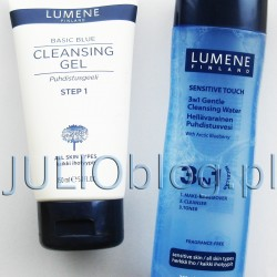 Odświeżający żel oczyszczający do mycia twarzy Lumene Basic Blue z arktycznym bławatkiem. Tubka 150ml kosztuje ok 20-25zł. Żel oczyszczający do mycia twarzy Lumene Basic Blue Żel oczyszczający do mycia twarzy Lumene Basic Blue zawiera wyciąg z arktycznego bławatka. Odświeżający żel oczyszczający z łagodzącym ekstraktem zapewnia skórze optymalne nawilżenie i komfort. Wyciąg z bławatka zawiera flawonoidy i sole mineralne. Delikatnie usuwa wszelkie zanieczyszczenia z cery pozostawiając ją czystą i świeżą. Sposób użycia: aplikuj okrężnymi ruchami na wilgotną twarz, następnie spłucz letnią wodą. Żel oczyszczający do mycia twarzy Lumene Basic Blue przeznaczony jest do każdego typu skóry, nie zawiera parabenów ani sztucznych barwników. Zawiera 90% naturalnych składników. Odświeżający żel oczyszczający do mycia twarzy dla każdego rodzaju skóry Lumene Basic Blue. Odświeżający żel oczyszczający do mycia twarzy Lumene Basic Blue dla każdego rodzaju skóry. Zawiera wyciąg z arktycznego bławatka. Odświeżający żel oczyszczający z łagodzącym ekstraktem zapewnia skórze optymalne nawilżenie i komfort. Wyciąg z bławatka zawiera flawonoidy i sole mineralne. Delikatnie usuwa wszelkie zanieczyszczenia z cery pozostawiając ją czystą i świeżą. Sposób użycia: aplikuj okrężnymi ruchami na wilgotną twarz, następnie spłucz letnią wodą. Płyn micelarny 3w1 Gentle Cleanising Water Lumene Sensitive Touch dla każdego rodzaju skóry. Cena – 34,99zł za butelkę o pojemności 200ml . Lekka struktura łączy świeżość wody i funkcjonalności oleju, sprawiając, że 3w1 Gentle Cleansing Water skutecznie usuwa sebum, zanieczyszczenia i makijaż z oczu, ust i twarzy. Pozostawia skórę miękką i świeżą. Dzięki zawartości arktycznej czarnej jagody wzmacnia skórę oraz chroni przed przedwczesnym starzeniem. Widocznie poprawia sprężystość włókiem kolagenowych odpowiedzialnych za jędrność cery. Produkt został opracowany we współpracy z fińską Federacją do spraw Astmy i Alergii. Nie zawiera parabenów, barwników, alkoholu, p