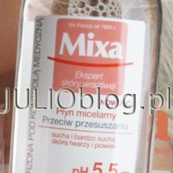 """Płyn micelarny Mixa przeciw przesuszeniom przeznaczony jest do skóry suchej i bardzo suchej twarzy oraz powiek. Standardowa cena za dużą butelkę o pojemności 400ml to 22,99zł. Płyn micelarny Mixa przeciw przesuszeniom przeznaczony jest do skóry suchej i bardzo suchej twarzy oraz powiek. Skład: Aqua/Water, Hexylene Glycol, Glycerin, Citric Acid, Disodium Cocoamphodiacetate, Disodium EDTA, Panthenol, PEG-60 Hydrogenated Castor Oil, Poloxamer 184, Polyaminopropyl Biguanide, Parfum/ Fragrance. (F.I.L. B164978/1). Jeśli poszukujecie drogeryjnego płynu micelarnego który dobrze zmywa i jest rozsądny cenowo, to Płyn micelarny Mixa przeciw przesuszeniom mogę zdecydowanie polecić :) Na zakończenie kilka obietnic producenta. Zrób test! Czy Twoja skóra wysusza się w wyniku działania czynników zewnętrznych (zanieczyszczenia, zimno, twarda woda)? Czy czujesz, że Twoja skóra jest ściągnięta? Czy Twoja skóra jest podrażniona po spłukiwaniu wodą? Jeśli odpowiedziałaś """"tak"""" na co najmniej 2 pytania, to produkt jest dla Ciebie. Nasz Płyn micelarny do demakijażu przeciw przesuszaniu Mixa to idealny płyn do demakijażu skóry wrażliwej. Formuła z micelami usuwa ze skóry makijaż i zanieczyszczenia. Ogranicza do minimum konieczność pocierania. Fizjologiczne pH 5.5, identyczne z pH skóry, nie narusza jej bariery ochronnej. Płyn, zawierający nawilżającą glicerynę, chroni przed wysuszaniem, koi. + Skuteczność: Micelarna formuła wiążąca mikroskopijne cząsteczki zanieczyszczeń. Nawilżająca gliceryna. – Ryzyko alergii: Skład dobrany tak, aby minimalizować ryzyko wystąpienia reakcji alergicznych. Tolerancja przetestowana na wrażliwej skórze twarzy i powiek. Bez parabenów, bez alkoholu*. * dotyczy alkoholu etylowego. Odczuwalne rezultaty! Twarz i powieki są skutecznie oczyszczone z makijażu. Wrażliwa skóra jest ukojona i nawilżona."""