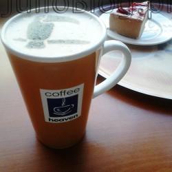 Moja kawa Tukan CHAI Caffè Latte w CofeeHeaven - kremowa, bogata w smaku kawa z mango i orientalnymi przyprawami - największa wersja w kubku oraz sernik na zimno z truskawkami na kruchym spodzie w CofeeHeaven. Tukan CHAI Caffè Latte w Cofee Heaven. CofeeHeaven przy ul. Karmelickiej w Krakowie miałam przyjemność wypić Tukan CHAI Caffè Latte. Świetnie podana kawa o mega gęstej kremowej piance, której było bardzo dużo. To lubię :) Smak kawy był moim zdaniem doskonale zrównoważony. Ogólnie bardzo lubię smakowe kawy, ale często aromat jest zbyt mało wyczuwalny, albo z kolei zbyt intensywny. W Tukan CHAI Caffè Latte w CofeeHeaven była zachowana równowaga pomiędzy kawowością a dodatkami mango i przypraw :) Do tego zarówno smak mango jak i mieszanka przypraw była dodana w tak optymalnej ilości że żadne z nich nie wysuwało się na pierwsze miejsce, za to tworzyły idealną harmonię. Porcja Kremowego sernika na kruchym spodzie, udekorowanego truskawkami w CofeeHeaven waży 200 gramów i ma 466 kcal