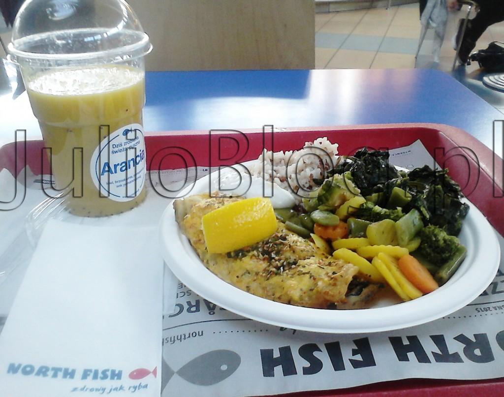 julioblog.pl-obiad-w-north-fish-grilowana-ryba-miruna-w-sosie-duńskim-warzywa-gotowane-szpinak-brokuły-ryż-świeżo-wyciskany-sok-pomarańcza-kiwi