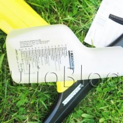 Koncentrat do mycia okien RM 503 Kärcher. 4 saszetki po 20 ml Koncentratu do mycia okien RM 503 Kärcher kosztują w OBI 29,99zł Koncentrat do mycia okien RM 503 – 4 x 20 ml, marki Kärcher. Jest to preparat o bardzo dobrych właściwościach zwilżających. Przeznaczony do czyszczenia wszelkich gładkich powierzchni, takich, jak szyby, lustra, kabiny prysznicowe. Znakomicie usuwa zabrudzenia organiczne, emisyjne, atmosferyczne oraz tłuszcz. Po jego zastosowaniu, ponowne zabrudzenie nie następuje szybko. Opakowanie zawiera 4 saszetki po 20 ml koncentratu, z których łącznie otrzymujemy 1 l gotowego roztworu. 4 saszetki po 20 ml Koncentratu do mycia okien RM 503 Kärcher kosztują w OBI 29,99zł. Nie powiem żeby było to bardzo tanio, ale środek doskonale radzi sobie z brudem. Do tego ładnie świeżo pachnie, no i obawiałam się że mogę zepsuć swojego Kärchera używając klasycznego środka do mycia okien, więc… kupiłam zestaw. Już odpakowany, z jedną saszetką koncentratu prezentuje się tak: 4 saszetki po 20 ml Koncentratu do mycia okien RM 503 Kärcher kosztują w OBI 29,99zł