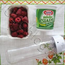 Smak lata: koktajl owocowy ze zsiadłego mleka i malin. Czy wyobrażacie sobie lato bez zimnych, owocowych koktajli? Ja absolutnie nie! Do tego jestem zwolenniczką kefiru i zsiadłego mleka, ale nie z mleka w proszku. Dziś pokażę prosty (by nie powiedzieć że banalny) przepis na naturalny koktajl :) Mleko Zsiadłe POLSKIE Mlekovita- skład: mleko pasteryzowane, białka mleka, żywe kultury bakterii. Maliny. kubek od blendera Russel Hobbs Kittchen Mix & Go 600ml. BLENDER MIX & GO KITCHEN Russell Hobbs Korzystaj z dobrodziejstw naturalnych witamin – nawet w biegu! Pędzisz do pracy? Biegniesz na siłownię? Jeśli nie masz rano czasu na leniwe przygotowywanie śniadania, Blender Mix & Go firmy Russel Hobbs jest idealnym rozwiązaniem dla ciebie. To blender i przenośna butelka w jednym. Niezależnie od tego, czy lubisz cierpki smak jagód z sokiem, czy słodkie banany z kremowym jogurtem – wszystkie pyszne i odżywcze owocowe koktajle z łatwością przygotujesz w butelce o pojemności 600 ml, którą później wszędzie zabierzesz ze sobą. A przy tym nie narobisz w kuchni bałaganu, ponieważ swój koktajl owocowy przygotujesz w tym samym pojemniku, który później weźmiesz ze sobą. Koktajle owocowe przygotowywane w domu są świeższe, tańsze i zdrowsze, niż jakiekolwiek koktajle, które można kupić w sklepie. Jedyne, co musisz zrobić, to włączyć miksowanie i… gotowe! Blender Mix & Go Kitchen 21350-56 Russell Hobbs o mocy 300 W z dwoma pojemnikami z pokrywkami o pojemności 600 ml posiada ostrza kruszące lód. Butelki pasują do uchwytów na napoje w samochodzie. Urządzenie uruchamia się za pomocą przycisku. Akcesoria można myc w zmywarce a antypoślizgowe nóżki zapewniają stabilność. julioblog.pl zakupy julii Blender Russell Hobbs 21350-56 Kitchen Mix & Go 2 BUTELKI Blender Mix & Go Kitchen 21350-56 Russell Hobbs Mix & Go posiada dwie butelki z pokrywami o pojemności 600 ml, które można myć w zmywarce. Butelki pasują do standardowych samochodowych uchwytów na kubki, więc możesz śmiało korzystać z nich podc
