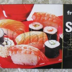 SUSHI z Kaufland'u. Wcale nie ukrywam, że jeszcze nigdy nie pokusiłam się o robienie sushi w domu, za to nie raz kupowałam najróżniejsze sushi gotowe. Dziś powiem co myślę na temat sushi z Kauflandu. SUSHI frostkrone SunFood – 10 kawałkiów sushi, chrzan wasabi, marynowany imbir i sos sojowy. Co wyróżnia sushi z Kauflandu już na wstępie? Jest to sushi mrożone. Dlatego też niezwykle wygodne, bo można bardzo długo przechowywać je w zamrażalniku. Dodatkowo, w zestawie Sushi frostkrone – jako w jedynym gotowym sushi z jakim miałam do czynienia – jest Sushi nigri z surowym łososiem. SUSHI frostkrone SunFood – 10 kawałkiów sushi, chrzan wasabi, marynowany imbir i sos sojowy. estaw Sushi frostkrone to: 10 kawałków sushi: 3 nigri z surowym łososiem, 2 nigri z gotowanymi krewetkami, 2 california rolls z surowyn łososiem i marynowanym ogórkiem, 2 maki z surowym łososiem i jeden wegetariański z marynowanym ogórkiem chrzan wasabi, marynowany imbir sos sojowy. Całość umieszczona jest na estetycznej tacce, a w komplecie oczywiście są też pałeczki.