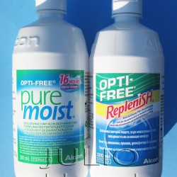 2 płyny do soczewek OPTI-FREE® Alcon: PureMoist® kontra Replenish® – porównanie. podobny nie znaczy taki sam. Okazało się, że różnica między dwoma płynami Alcon: Alcon Opti-Free® PureMoist® i Alcon Opti-Free® Replenish® jest moim zdaniem kolosalna! Płyn Alcon Opti-Free® PureMoist®: Zawiera unikalną formułę HydraGlyde Moisture Matrix zapewniającą 16 godzin nawilżenia soczewek kontaktowych oraz komfort od ich założenia do zdjęcia. Usuwa osady białkowe i redukuje ilość osadów lipidowych, aby zapewnić ostre i komfortowe widzenia przez cały okres użytkowania soczewek. Podwójny system dezynfekcji Polyquad i Aldox wraz z EDTA gwarantuje znakomite działanie bakteriobójcze, grzybobójcze i czyszczące w celu zapewnienia bezpieczeństwa i zdrowia podczas noszenia soczewek. Płyn rekomendowany jest szczególnie do pielęgnacji silikonowo-hydrożelowych soczewek kontaktowych. Dowiedziono, że płyn Opti-Free PureMoist zwiększa komfort noszenia silikonowo-hydrożelowych i hydrożelowych soczewek kontaktowych. Przykładem znakomitego działania z soczewkami silikonowo-hydrożelowymi są wyniki ostatnich badań z udziałem użytkowników zgłaszających dyskomfort, którzy informowali o wydłużeniu trwałości odczucia wygody noszenia soczewek Air Optix, z zastosowaniem płynu do soczewek Opti-Free PureMoist o niemal 2 godziny. Płyn Alcon Opti-Free® Replenish®: Sześć dodatkowych godzin nawilżenia, aby pomóc ci przez cały dzień! Przeciętny pacjent nosi soczewki kontaktowe przez około 13 godzin dziennie OPTI-FREE RepleniSH regeneruje powierzchnie soczewki, aby utrzymać nawilżenie miękkich soczewek kontaktowych aż do 14 godzin. Dłużej niż przeciętny czas noszenia! Tylko wielofunkcyjny płyn dezynfekcyjny Opti-free Replenish zawiera TEARGLYDE opatentowany system regenerujący o udowodniony podwójnym działaniu, który codziennie regeneruje i utrzymuje wilgotność soczewek. julioblog.pl-blog-julii-Płyn-do-pielęgnacji-soczewek-kontaktowych-300ml-Alcon-Opti-Free-Replenish-płyn-soczewki-silikonowo-hydrożelowe Płyn Alco