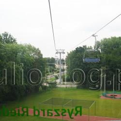 """Kolejka linowa """"Elka"""" w Parku Śląskim w Chorzowie – krzesełko i gondola – do wyboru! kolejka linowa """"Elka"""" w Parku Śląskim – jest świetna! Trasa kolejki linowej Elka ma ponad 2km i można wybierać czy chce się jechać ośmioosobowym wagonikiem, czy czteroosobowym krzesełkiem. W Polsce to jedyna kolejka działająca w takim mieszanym systemie, ale oczywiście nie jedyna kolejka linowa :) Podróżując po naszym pięknym kraju miałam okazję jechać kilkoma pięknym kolejkami gondolowymi (np: Kolej Linowa Szyndzielnia, czy Kolej Gondolowa Jaworzyna Krynicka)… Kolejka linowa """"Elka"""" w Parku Śląskim w Chorzowie prezentuje się bardzo ciekawie, ponieważ na przemian jadą wagoniki (gondole) i krzesełka :) Czas przejazdu kolejką Elką w jedną stronę to około 15 minut. Kolejka """"Elka"""" w Parku Śląskim – cennik """"Elka"""" w Parku Śląskim – cennik: Dzieci do 3 lat: przejazd bezpłatny Dzieci i młodzież (od 3 do 16 lat) oraz niepełnosprawni: przejazd w jedną stronę 8 złotych, w obie strony 12 zł Dorośli: przejazd w jedną stronę 10 zł, w obie strony 15 zł Grupy szkolne (co najmniej 15 osób i opiekun): w jedną stronę 6 zł, w obie strony 10 zł (druk zamówienia znajduje się w zakładce: Bilety – Grupy zorganizowane). Opiekunowie grup wnoszą opłatę za przejazd wg obowiązującego cennika. Są traktowani jako członkowie grup."""