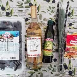 Jak przyrządzić mule? Pysznie i szybko :) Świeże małże (Omułek jadalny), opakowanie 1kg, Wino M&I ze sklepu Żabka. Szczep Chenin Blanc, Oryginalna Oliwa z oliwek z pierwszego tłoczenia Extra Virgin Borges, Przyprawa do Ryb Kotanyi, oraz natka zielonej pietruszki. Obrus – Home&You. Dzisiaj pokażę Wam przepis na przepyszne małże, które możecie z sukcesem przyrządzić w swoim domu. Gwarantuję, że będą pyszne a ich przygotowanie zajmie Wam tylko kwadrans. Wcale nie przesadzam! Do dzieła :) Na 2 porcje potrzebny jest 1 kg świeżych (żywych) muli. Jak przyrządzić mule? Przepis na mule, przepis na małże, przepisy kulinarne, przygotowanie muli, przygotowanie małży, jak gotować mule, jak gotować małże, przepisy, jak zrobić małże, jak zrobić mule, jak się robi małże, jak się robi mule, co zrobić z małżami, co zrobić z mulami.