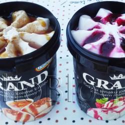 Lody Grand Crème brûlée i Panna Cotta. Lody o smaku crème brûlée z sosem karmelowym i cukrem karmelizowanym Grand – Koral – opakowanie 540ml / 225g i Lody o smaku Panna Cotta z sosem malinowym Grand – Koral – opakowanie 540ml / 225g. Lody o smaku Panna Cotta z sosem malinowym Grand – Koral – składniki: odtworzone mleko odtłuszczone, cukier, mus malinowy 9% (przecier malinowy 55%, cukier, syrop glukozowy, substancja zagęszczająca E 410, regulator kwasowości E 330), masło, olej roślinny kokosowy, mleko odtłuszczone w proszku, syrop glukozowy, glukoza, śmietanka w proszku, emulgator: mono- i diglicerydy kwasów tłuszczowych, stabilizatory: mączka chleba świętojańskiego, guma guar, aromaty, barwnik: annato, sól Produkt może zawierać śladowe ilości orzechów arachidowych i innych orzechów. Informacja dla alergików: patrz na składniki zaznaczone pogrubioną czcionką. Wartość energetyczna w 100g: 855 kJ / 204 kcal. Lody o smaku crème brûlée z sosem karmelowym i cukrem karmelizowanym Grand – Koral – opakowanie 540ml / 225g Lody o smaku crème brûlée z sosem karmelowym i cukrem karmelizowanym Grand – składniki: odtworzone mleko odtłuszczone, cukier, sos karmelowy 10% (syrop glukozowy, cukier, woda, syrop glukozowo-fruktozowy, cukier palony, częściowo utwardzony tłuszcz palmowy, spirytus, emulgator: lecytyny (z soi), substancja zagęszczająca: karagen, aromat), masło, olej kokosowy, odtłuszczone mleko w proszku, syrop glukozowy, glukoza, cukier karmelizowany 2%, emulgator: mono- i diglicerydy kwasów tłuszczowych, stabilizatory: mączka chleba świętojańskiego, guma guar, aromat, sól, barwnik: karoteny Produkt może zawierać sezam, orzechy arachidowe, orzechy włoskie i migdały. Informacja dla alergików: patrz na składniki zaznaczone pogrubioną czcionką. Wartość energetyczna w 100g: 862 kJ / 205 kcal.