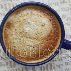 Kawa z… IKEA: ESPRESSOKAFFE. Kawa mielona ESPRESSOKAFFE ze sklepiku szwedzkiego IKEA. Opakowanie 250g kosztuje 9.99zł. 85% to ziarna Arabica, 15% to ziarna Robusta, posiada międzynarodowy certyfikat UTZ, który oznacza że kawa pochodzi z odpowiedzialnych, zrównoważonych upraw. (UTZ dotyczy również herbaty i kakao). jest produkowana w Holandii. Kawa mielona ESPRESSOKAFFE ze sklepiku szwedzkiego IKEA. Opakowanie 250g kosztuje 9.99zł. Podczas parzenia w ekspresie ciśnieniowym ESPRESSOKAFFE tworzy zaskakująco dużo kawowej pianki. Jeśli lubicie mocno paloną kawę o intensywnej gorzkiej nucie, bez posmaku kwaśności to myślę, że ESPRESSOKAFFE może Wam smakować. Kawa mielona ESPRESSOKAFFE ze sklepiku szwedzkiego IKEA zaparzona w ekspresie ciśnieniowym tworzy dużo kawowej pianki.