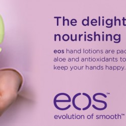 Balsamy do rąk EOS… które zapachy polecam? Dziś będzie o balsamach do rąk Eos Hand Lotions. Do wyboru są trzy wersje zapachowe. Testowałam już każdą, dlatego dziś na blogu post podsumowujący – co o nich sądzę. Jeśli jesteście zainteresowani, który balsam EOS do rąk jest wg mnie najlepszy to zapraszam :) Do wyboru są trzy wersje zapachowe. Testowałam już każdą, dlatego dziś na blogu post podsumowujący – co o nich sądzę. Jeśli jesteście zainteresowani, który balsam EOS do rąk jest wg mnie najlepszy to zapraszam :) Balsamy do rąk EOS nawilżają skórę moich dłoni nie tylko podczas kilku pierwszych użyć, ale generalnie poprawiają jej kondycję. EOS Hand Lotion Fresh Flowers – o zapachu świeżych kwiatów. EOS Hand Lotion Fresh Flowers – składniki (INCI): WATER/EAU, GLYCERIN, STEARIC ACID, GLYCINE SOJA (SOYBEAN) OIL, HELIANTHUS ANNUUS (SUNFLOWER) SEED OIL, COCOGLYCERIDES, GLYCERYL STEARATE, DIMETHICONE, TRIETHANOLAMINE, CETYL ALCOHOL, BUTYROSPERMUM PARKII (SHEA BUTTER), COCOA (THEOBROMA CACAO) SEED BUTTER, MACADAMIA TERNIFOLIA SEED OIL, ALOE BARBADENSIS LEAF JUICE, AVENA SATIVA (OAT) KERNEL EXTRACT, ZEA MAYS (CORN) STARCH, FRAGRANCE/PARFUM, ASCORBYL PALMITATE, RETINYL PALMITATE, POTASSIUM SORBATE, TOCOPHERYL ACETATE, CARBOMER, GLUCONOLACTONE, SODIUM BENZOATE, DISODIUM EDTA, MAGNESIUM ALUMINUM SILICATE, TITANIUM DIOXIDE (CI 77891), BHT, PHENOXYETHANOL. EOS Hand Lotion Cocumber w zielonym opakowaniu. EOS Hand Lotion Cocumber – składniki (INCI): WATER/EAU, GLYCERIN, STEARIC ACID, GLYCINE SOJA (SOYBEAN) OIL, HELIANTHUS ANNUUS (SUNFLOWER) SEED OIL, COCOGLYCERIDES, GLYCERYL STEARATE, DIMETHICONE, TRIETHANOLAMINE, CETYL ALCOHOL, BUTYROSPERMUM PARKII (SHEA BUTTER), COCOA (THEOBROMA CACAO) SEED BUTTER, MACADAMIA TERNIFOLIA SEED OIL, ALOE BARBADENSIS LEAF JUICE, AVENA SATIVA (OAT) KERNEL EXTRACT, ZEA MAYS (CORN) STARCH, FRAGRANCE/PARFUM, ASCORBYL PALMITATE, RETINYL PALMITATE, POTASSIUM SORBATE, TOCOPHERYL ACETATE, CARBOMER, GLUCONOLACTONE, SODIUM BENZOATE, DISODIUM EDTA, MAGNESIUM ALUM