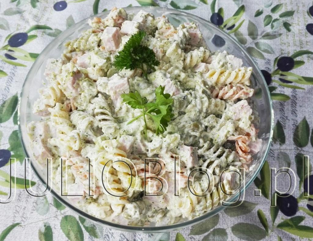 julioblog.pl-blog-julii-przepisy-kulinarne-czteroskładnikowa-sałatka-makaronowa-fusilli-brokuł-makaron-szynka-konserwowa--majonez-serwetka-home-and-you-sałatki