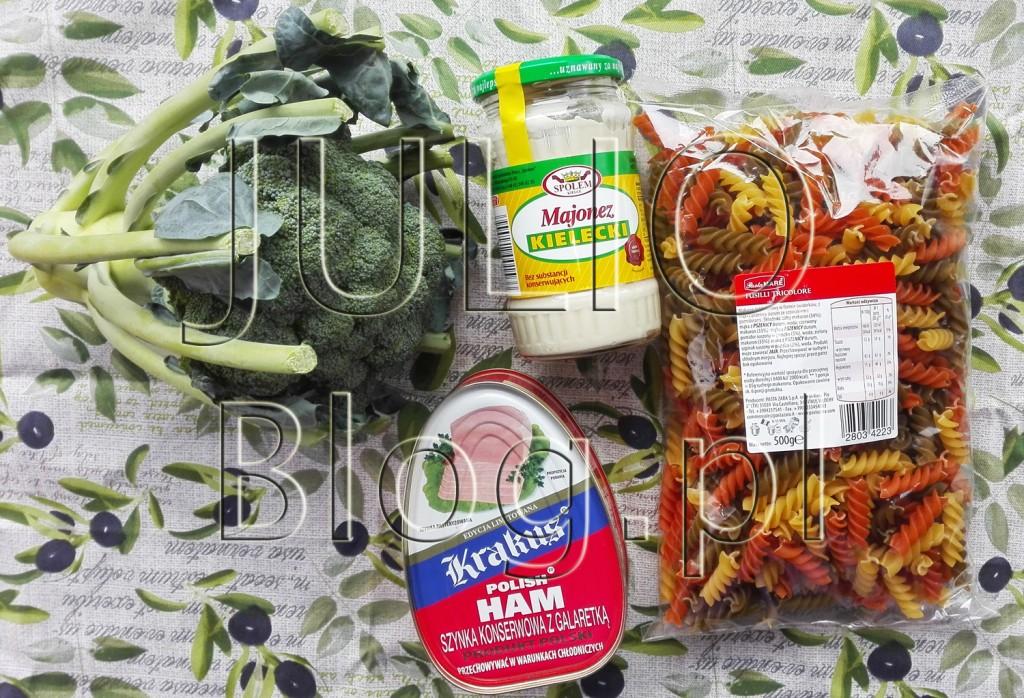 julioblog.pl-blog-julii-przepisy-kulinarne-czteroskładnikowa-sałatka-makaronowa-fusilli-brokuł-makaron-szynka-konserwowa-z-puszki-krakus-majonez-kielecki-składniki-serwetka-home-and-you