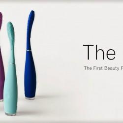 Szczoteczki FOREO ISSA™: ISSA™ Cobalt Blue i ISSA™ Lavender. ISSA™ jest w całości wykonana z silikonu, który w połączeniu z technologią Sonic Pulse skutecznie oczyszcza i wybiela zęby, będąc jednocześnie bezpieczną dla zębów i dziąseł. ISSA™ jest objęta 2-letnią ograniczoną gwarancją oraz 10-letnią gwarancją jakości. BIELSZE ZĘBY, ZDROWA JAMA USTNA I SZEROKI UŚMIECH Barwna, smukła i ergonomiczna ISSA™ znacznie przewyższa możliwości tradycyjnych szczoteczek do zębów, dbając o zdrowie całej jamy ustnej. ISSA™ nie tylko wybiela zęby, ale jest również idealnym rozwiązaniem dla osób o wrażliwych zębach i dziąsłach, dzięki swojej higienicznej i łagodnej koncepcji. SILIKON + TECHNOLOGIA SONIC PULSE ISSA™ wykorzystując technologię sonicznych pulsacji, usuwa przebarwienia, płytkę nazębną oraz zapobiega osiadaniu kamienia nazębnego i powstawaniu ubytków, wybielając zęby. Natomiast silikonowe włosie delikatnie masuje dziąsła i łagodnie czyści zęby, zapobiegając recesji dziąseł i chroniąc szkliwo.