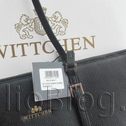 Moja nowa torebka Wittchena z… Lidla. Czarna torebka Wittchen 82-4-404-1 ze skóry, Lidl 269zł. Nie miałam zamiaru stać w żadnej kolejce przed otwarciem sklepu, ani brać udział w przepychankach, dlatego byłam tam w miarę wcześnie ale bez przesady. Tak się złożyło, że zainteresowanie torebkami Wittchen było niewielkie, więc miałam dużo do wyboru. Mogłam spokojnie pooglądać i wybrać taki model torebki, który najbardziej mi się podobała i jest dobrej jakości. Jako jedyna klientka, przymierzyłam również torebkę przed lustrem. Dzisiaj wybrałam model Wittchen 82-4-404-1, czyli czarną, sztywną torebkę ze skóry. Dokładnie taką chciałam, takiej potrzebowałam i cieszę powiem Wam, że bardzo się z zakupu :) Dzisiaj wybrałam model Wittchen 82-4-404-1, czyli czarną, sztywną torebkę ze skóry. Dokładnie taką chciałam, takiej potrzebowałam i cieszę powiem Wam, że bardzo się z zakupu :) Czarna torebka Wittchen 82-4-404-1 ze skóry, Lidl 269zł Podoba mi się zarówno wygląd zewnętrzny jak i aranżacja komory wewnętrznej tej torebki Wittchen 82-4-404-1. Torebki WITTCHEN znowu w Lidlu: październik 2015. również w tym roku Lidl będzie sprzedawał w swoich sklepach torebki Wittchena. Akcja zacznie się w sobotę – 17 października 2015. Od soboty 17 października 2015 w sklepach Lidl dostępne będą torebki polskiej marki WITTCHEN w cenie 269zł. Do wyboru 32 wzory. Torebki dostępne w eleganckiej palecie kolorystycznej, a także w eleganckiej czerni. Ponadczasowa kolekcja wysokiej jakości skórzanych toreb renomowanej marki Wittchen to aż 32 wyjątkowe wzory z włoskiej skóry, w najmodniejszych kolorach. Tegoroczna kolekcja to 11 wzorów ze skóry klasycznej, oraz aż 21 wzorów ze skóry saffiano, wykorzystywanej przez najbardziej ekskluzywne marki świata. Saffiano to fakturowana, niezwykle wytrzymała i odporna na zarysowania skóra, z charakterystycznym subtelnym wzorem. Takie wykończenie sprawia, że torby Wittchen wyglądają naprawdę luksusowo. Od soboty 17 października 2015 w sklepach Lidl dostępne będą tore