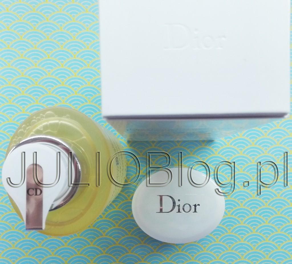 Delikatny olejek do ekspresowego demakijażu dla każdego rodzaju skóry Huile Douceur Démaquillante Express Dior. Olejek do demakijażu Dior – mój demakijażowy ideał. Delikatny olejek do ekspresowego demakijażu dla każdego rodzaju skóry Huile Douceur Démaquillante Express Dior Opakowanie olejku Dior o pojemności 200ml kosztuje Sephorze 149zł, natomiast w Douglasie 160zł, na stronie Diora 34,50 €. Delikatny olejek do ekspresowego demakijażu dla każdego rodzaju skóry Huile Douceur Démaquillante Express Dior. Do stosowania na skórę suchą lub wilgotną, olejek do demakijażu delikatnie zmywa nawet najtrwalszy makijaż twarzy i oczu. Niezwykle delikatny olejek, który w kontakcie z wodą bardzo łatwo zamienia się w płynną, niezwykle lekką emulsję, która bardzo łatwo się zmywa nie pozostawiając uczucia tłustej skóry. Utrzymując naturalny poziom nawilżenia skóry, olejek zapewnia delikatny i skuteczny demakijaż. Cera jest naturalnie rozświetlona. Delikatny olejek do ekspresowego demakijażu dla każdego rodzaju skóry Huile Douceur Démaquillante Express Dior: Sposób użycia SPOSÓB UŻYCIA HUILE DOUCEUR DEMAQULLANTE EXPRESS DIOR. DZIAŁANIE HUILE DOUCEUR DEMAQULLANTE EXPRESS DIOR. KONSYSTENCJA, WYDAJNOŚĆ, ODCZUCIA HUILE DOUCEUR DEMAQULLANTE EXPRESS DIOR. Delikatny olejek do ekspresowego demakijażu dla każdego rodzaju skóry Huile Douceur Démaquillante Express Dior SKŁAD HUILE DOUCEUR DEMAQULLANTE EXPRESS DIOR. WYDAJNOŚĆ HUILE DOUCEUR DEMAQULLANTE EXPRESS DIOR. Stosowany na suchą bądź wilgotną skórę olejek oczyszczający delikatnie rozpuszcza nawet najbardziej oporny makijaż twarzy i oczu. Delikatny, wysoce rozpuszczalny olejek po zetknięciu z wodą zmienia się w całkowicie miękką, lekką i płynną emulsję, która po spłukaniu twarzy wodą nie pozostawia tłustej warstwy. Zachowując naturalne nawilżenie skóry, olejek ten zapewnia delikatne, a zarazem bardzo skuteczne rezultaty oczyszczania. Czysta i rozjaśniona cera odzyskuje swój blask. Delikatny olejek do ekspresowego demakijażu dla każdego rodz