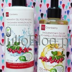 Kosmetyki do ciała na mróz: żel z balsamem i olejek pod prysznic Go Cranberry. Kosmetyki do ciała na mróz: Aksamitny Żel Pod Prysznic z Balsamem Nawilżającym GoCranberry (cena: 20zł / 250ml – opakowanie z pompką) i Emolientowy Olejek do Kąpieli i pod Prysznic GoCranberry Nova Kosmetyki (cena: 39zł / 200ml+50ml gratis – opakowanie z pompką). Podczas ostatnich mroźnych dni testowałam 2 ciekawe kosmetyki pod prysznic polskiej marki Nova Kosmetyki: emolientowy olejek, oraz aksamitny żel pod prysznic z balsamem nawilżającym. Jeśli jesteście ciekawe, jak te naturalne kosmetyki sprawdziły się zimą na mojej suchej skórze to zapraszam! Kosmetyki do ciała na mróz: Aksamitny Żel Pod Prysznic z Balsamem Nawilżającym GoCranberry (cena: 20zł / 250ml – opakowanie z pompką) i Emolientowy Olejek do Kąpieli i pod Prysznic GoCranberry Nova Kosmetyki (cena: 39zł / 200ml+50ml gratis – opakowanie z pompką). Emolientowy Olejek do Kąpieli i pod Prysznic GoCranberry Nova Kosmetyki – etykietka ze sposobem użycia, oraz Aksamitny Żel Pod Prysznic z Balsamem Nawilżającym GoCranberry Nova Kosmetyki Emolientowy Olejek do Kąpieli i pod Prysznic GoCranberry Nova Kosmetyki Kąpiel z dodatkiem Emolientowego Olejku GoCranberry doskonale nawilża nawet najbardziej suchą i wrażliwą skórę, jednocześnie nadając jej miękkość i zdrowy wygląd. Olej żurawinowy skutecznie regeneruje warstwę lipidową skóry, długotrwale zabezpieczając ją przed podrażnieniami. Olej ze słodkich migdałów pozostawia skórę gładką i elastyczną, a Witamina E skutecznie nawilża i łagodzi podrażnienia. Po zastosowaniu olejku skóra pokryta jest przyjemnym, ochronnym filmem, dlatego aplikacja balsamu nie jest konieczna. Systematyczne używanie olejku widocznie poprawia kondycję skóry, a przyjemny zapach umila codzienne stosowanie. Wyniki testów konsumenckich*: 100% badanych zauważyło, iż olejek nadaje miękkość skórze i pozostawia ja gladką i elastyczną. 96% ankietowanych twierdziło, iż kosmetyk nadaje zdrowy wygląd skórze oraz skutecznie ją n