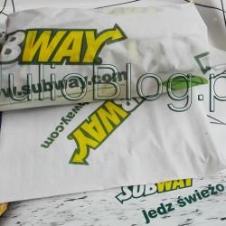 Jak świeża kanapka to w SUBWAY'u® – która jest najlepsza? JulioBlog.pl - blog Julii. http://julioblog.pl Julia 19 kwietnia 2016 DIETA, Obiad w, Przekąski, Recenzje kulinarne, Śniadanie w. W ostatnich tygodniach bardzo przekonałam się do SUBWAY'a®. Jeśli jestem w galerii i mam ochotę coś zjeść najchętniej wybieram właśnie ciepłą, świeżą kanapkę w SUBWAY®. SUBWAY® jest już w Polsce od dobrych kilku lat, ale dopiero ostatnio bardziej go doceniłam. Zwłaszcza na tle innych franczyzowych sieci z niedrogim jedzeniem w Polsce SUBWAY® wypada bardzo dobrze! SUBWAY® (SUB15)- kanapka 15cm. W SUBWAY® do wyboru jest sporo kanapek, różnej wielkości, które można modyfikować wg własnego uznania. Sandwicze oparte są na czterech rodzajach pieczywa (pszenne, włoskie, miodowo – owsiane, oraz pieczywo z parmezanem i oregano). Do wyboru jest jest sporo wędlin, pieczonych mięs, drób, tuńczyk, bekon, sery, warzywa, przyprawy i sosy, które – mam takie wrażenie – są nie tylko świeże, ale również dobrej jakości :) SUBWAY® (SUB15)- kanapka 15cm. Moja ulubiona kanapka w SUBWAY. SUBWAY® JEDZ ŚWIEŻO. Kanapki w SUBWAY'u. SUBWAY® (SUB15)- kanapka 15cm.