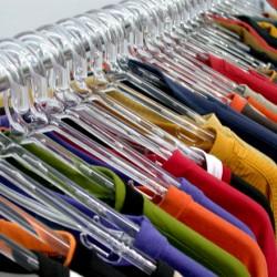 ubrania na wieszakach różne kolory
