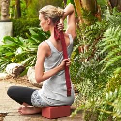 Zestaw do jogi Zestaw do jogi – 2 bloki i 1 pas Tchibo (59,95zł) Wszechstronne zastosowanie Dla początkujących i profesjonalistów - zestaw do jogi zawiera praktyczne przybory pomocnicze, ułatwiające i intensyfikujące pozycje jogi i ćwiczenia rozciągające. Dwa bloki i pas o wszechstronnym zastosowaniu do do pilatesu i asan jogi. Umożliwia dłuższe utrzymywanie trudnych pozycji jogi. Zestaw 3-częściowy: 2 bloki i 1 pas Zestaw składa się z dwóch bloków i pasa. Bloki zapewnią stabilną pozycję i służą jako komfortowe podtrzymanie różnych ćwiczeń. Pas do jogi pomaga poprawić pozycję ciała. Na końcu pasa pierścień D. Kolor: Bordowy. Materiał: Pas z bawełny. Bloki EVA. Wymiary: Każdy blok ok. 22,5 x 14,5 x 9,5 cm. Długość pasku z pierścieniami D ok. 176 cm, szerokość ok. 4 cm. Akcesoria: Z plakatem DIN A3 z instrukcją ćwiczeń. Zestaw do jogi – 2 bloki i 1 pas Tchibo (59,95zł)