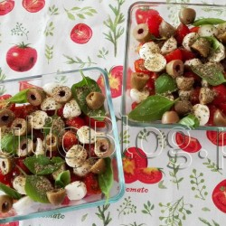Sałatka CAPRESE: pomidory, mozarella, bazylia, świeże zioła, oliwa z oliwek, zielone oliwki. DIETA Pieczona sałatka CAPRESE Pieczona sałatka CAPRESE Julia 10 lipca 2016DIETA, Fit gotowanie, Julia gotuje, Kuchenne gadżety Klasyczna sałatka caprese: aromatyczne pomidory, mozarella, świeża bazylia, dobrej jakości oliwa z oliwek… Idealne połączenie! Ja postanowiłam zrobić caprese w formie lekkiego obiadu z bardziej sycącym dodatkiem :) Zapraszam na mój przepis! Zastanawiałam się z czym zapiec składniki caprese, aby była bardziej sycąca i nadawała się na obiad. I wtedy doznałam olśnienia: bruschetta! Bruschetta czyli włoska grzanka doskonale pasuje do pomidorów z mozarellą i bazylią. Bruschettę można upiec osobno, ale przyszło mi na myśl, że mogłaby stanowić spód zapiekanki caprese. Co jednak zrobić aby bruschetta nie była rozmiękczonym chlebem tylko aromatyczną chrupką grzanką? Nie żałować oliwy z oliwek. Oliwa z oliwek jest nie tylko mega zdrowa, ale ma również niski indeks glikemiczny. Sałatka CAPRESE: pomidory, mozarella, bazylia, świeże zioła, oliwa z oliwek, zielone oliwki. 10 minut, 10€, 15cmx15cm, 2 porcje, 200°C, 250g, 25g, 3.99zł, 500ml, 80g, 9.99zł, bazylia, Bruschetta, caprese, cebula, Creatan Heart, czosnek, czosnek suszony, e-condimenta, ekstrakt z bazylii, Ikea, jeść zdrowo, Kolymvari Chanion Kritis PDO, Kreta, listki bazylii, łatwy obiad, majeranek, MIXTUR, mozarella, naczynie żaroodporne, obiad, oliwa tłoczona na zimno, oliwa z oliwek, Oliwa z oliwek z pierwszego tłoczenia, oliwki, oraz ekstrakt z oregano, oregano, pieczenie bez termoobiegu, pieprz, pomidorki koktajlowe, pomidory, pomidory cherry, przepis, regulator kwasowości, regulator kwasowości: kwas cytrynowy), rozmaryn, sałatka caprese, ser mozarella, sól morska, suszona bazylia, świeża bazylia, szybki obiad, zielone oliwki, zioła. Sałatka CAPRESE: pomidory, mozarella, bazylia, świeże zioła, oliwa z oliwek, zielone oliwki. JulioBlog.pl - blog Julii. Zdrowe i szybkie przepisy kulinarne. http://julio