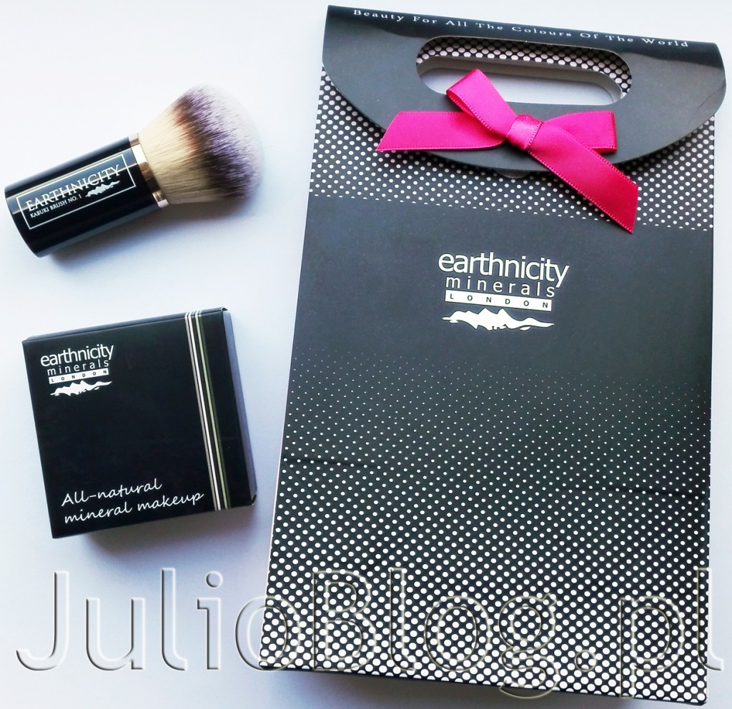 -Earthnicity-Minerals-All-Natural-Mineral-Make-Up-podkład-mineralny-earthnicity-minerals-London-Honey-Beige-SPF15-9G-89.90zł-pędzel-kabuki-EARTHNICITY-80zł-syntetyczny-zbite-włosie