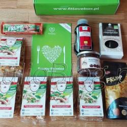 """Lipcowe pudełko subskrypcyjne ze zdrową żywnością - FITLOVEBOX LIPIEC 2016. Zawartość :) DIETA Lipcowy fitlovebox – pyszne i zdrowe WOW! Lipcowy fitlovebox – pyszne i zdrowe WOW! Julia 21 lipca 2016DIETA, Juliowym okiem., Recenzje kulinarne, Słodycze. Lipcowe pudełko subskrypcyjne ze zdrową żywnością – FITLOVEBOX LIPIEC 2016. Zawartość :) Makaron CZANIECKI, Krem z kasztanów jadalnycha Alce Nero, ekologiczna Czarnuszka Dary Natury, Syrop Daktylowy BIO Planet, Liofilizowany ananas FRUPP, oraz Owocowy baton FRUPP banan, marakuja, marchew i książeczka z przepisami. DIETA Lipcowy fitlovebox – pyszne i zdrowe WOW! Lipcowy fitlovebox – pyszne i zdrowe WOW! Julia 21 lipca 2016DIETA, Juliowym okiem., Recenzje kulinarne, Słodycze Twórcy pudełka subskrypcyjnego ze zdrową żywnością – fitlovebox'a- zapowiadali, że lipcowy box będzie wyjątkowy. To prawda! Zawartość pudełka jest bardzo inspirująca, więc lada dzień pokażę Wam jakiś przepis :) Alce Nero – Krem z kasztanów jadalnych. Czy to możliwe, aby z dwóch ekologicznych składników stworzyć pyszny, aksamitny i słodki krem kanapkowy, który jednocześnie nie stanowi """"bomby kalorycznej""""? W Fitlovebox wszystko jest możliwe! W lipcowym boxie przedstawiamy wam smakowity krem z kasztanów jadalnych, który zawiera dwa razy mniej kalorii niż popularne kremy czekoladowe, a w jego powstaniu nie """"maczał palców"""" żaden tłuszcz. Krem z kasztanów wyróżnia się również zawartością węglowodanów złożonych oraz witaminy C, witamin z grupy B i mikroskładników takich, jak kwas foliowy, cynk i miedź. Makaron CZANIECKI. To zupełnie nowy rodzaj makaronu, który od dziś jest prawdopodobnie najbardziej dietetycznym makaronem w domu każdej subskrybentki Fitlovebox. Na pierwszym miejscu w składzie znajdziemy semolinę, która jest najbardziej wartościową odmianą mąki z pszenicy durum, na drugim błonnik owsiany, a na trzecim wodę. Makaron Czarniecki zaskakuje nas swoim delikatnym smakiem i stanowi wartościowy dodatek do dań na słono lub na słodko. Dary Natury – Cza"""