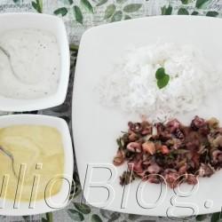 DIETA Owoce morza w dwoma dipami – pyszny i szybki obiad Owoce morza w dwoma dipami – pyszny i szybki obiad Julia 25 lipca 2016DIETA, Fit gotowanie, Julia gotuje Zdrowo, lekko, pysznie i błyskawicznie – takie gotowanie lubię najbardziej :) Dlatego dziś przepis na owoce morza, które przygotujecie w czasie ok. 20 minut. Przekonajcie się sami. JulioBlog.pl - blog Julii. Owoce morza z ryżem jaśminowym i dwoma dipami: czosnkowy dip z błonnikiem bezglutenowym i dip orientalny z błonnikiem bezglutenowym. DIETA Owoce morza w dwoma dipami – pyszny i szybki obiad Owoce morza w dwoma dipami – pyszny i szybki obiad Julia 25 lipca 2016DIETA, Fit gotowanie, Julia gotuje Zdrowo, lekko, pysznie i błyskawicznie – takie gotowanie lubię najbardziej :) Dlatego dziś przepis na owoce morza, które przygotujecie w czasie ok. 20 minut. Przekonajcie się sami. Owoce morza z ryżem jaśminowym i dwoma dipami: czosnkowy dip z błonnikiem bezglutenowym i dip orientalny z błonnikiem bezglutenowym 300g mrożonych owoców morza: kalmary, ośmiornice, krewetki, małże – co najbardziej lubicie. Dip orientalny z błonnikiem e-condimenta opakowanie 32g/4,40zł, oraz mieszanka w połączeniu z jogurtem bałkańskim, Dip czosnkowy z błonnikiem e-condimenta 32g/4,40zł oraz mieszanka w połączeniu z jogurtem bałkańskim. Umytą i pokrojoną w kostkę paprykę, posiekany czosnek i mrożone owoce morza lekko solimy i smażymy na oliwie z oliwek, aż do całkowitego zredukowania wody, co jakiś czas mieszając. Dip czosnkowy z błonnikiem e-condimenta 32g/4,40zł Naturalne kompozycje suszonych warzyw, ziół i przypraw do samodzielnego przygotowania niskokalorycznych dipów na bazie jogurtu naturalnego. To niezwykle prosty, szybki i smaczny sposób na oryginalny dodatek, zarówno do dań spożywanych na ciepło jak i na zimno, bogaty w błonnik i substancje neutralizujące wolne rodniki. SPOSÓB PRZYRZADZENIA: Opakowanie (32g) DIPU CZOSNKOWEGO Z BŁONNIKIEM połączyć z 250 ml jogurtu naturalnego 2% tuszczu. Dokładnie wymieszać, spożywać po 15 minut