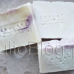 Naturalnie, ręcznie robione mydła Enklare Natural Cosmetics zapakowane w biodegradowalną folię celulozową i przewiązane wstążeczkami: Enklare Soap 1.0, Enklare Himalayan Salt Soap, oraz Enklare Ancient Waves Soap. W poszukiwaniu kolejnych naturalnych i dobrych jakościowy mydeł trafiłam na polską markę Enklare Natural Cosmetics. Na stronie internetowej producenta można przeczytać, że ENKLARE tworzy dla osób poszukujących prostych, zdrowych i w pełni naturalnych produktów. W ofercie Enklare są głównie mydła, ale trafiłam też na serum, peeling, oraz bransoletki. Ja próbowałam trzech mydełek ENKLARE: Soap 1.0, Himalayan Salt Soap, oraz mydła Ancient Waves Soap i to właśnie one będą bohaterami dzisiejszej recenzji. MYDŁO SOAP 1.0 ENKLARE NATURAL COSMETICS. Naturalne mydło Soap 1.0 Enklare Natural Cosmetics. Juliowym okiem. Naturalne mydła Enklare – czy lubię i czy polecam? Naturalne mydła Enklare – czy lubię i czy polecam? Julia 18 września 2016Juliowym okiem., Pielęgnacja ciała, Pielęgnacja twarzy, Recenzje kosmetyczne, URODA. MYDŁO SOAP 1.0 ENKLARE NATURAL COSMETICS. Nasze ręcznie wykonane mydło z kolekcji artystycznych.Wszystkie mydła które wytwarzamy są na bazie receptur marsylskich, wzbogacane różnymi dodatkami np. olejami, barwnikami, olejkami eterycznymi, solą himalajską lub peelingami. To mydełko jest bardzo dobre również do skóry skłonnej do alergii i podrażnień. Dobrze nadaje się również do zmywania makijażu. Nie wysusza lecz nawilża dzięki zawartej glicerynie roślinnej. Nasze ręcznie wykonane mydło z kolekcji artystycznych.Wszystkie mydła które wytwarzamy są na bazie receptur marsylskich, wzbogacane różnymi dodatkami np. olejami, barwnikami, olejkami eterycznymi, solą himalajską lub peelingami. To mydełko jest bardzo dobre również do skóry skłonnej do alergii i podrażnień. Dobrze nadaje się również do zmywania makijażu. Nie wysusza lecz nawilża dzięki zawartej glicerynie roślinnej. Enklare Soap 1.0 . Naturalne mydło Soap 1.0 Enklare Natural Cosmetics – skład (
