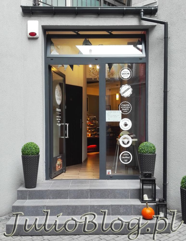 kawiarnia-bajgle-cukiernia-kawa-herbata-babeczki-cupcakes-tarty-muffiny-miss-cupcake-katowice-ul-staromiejska-10-wejscie-do-lokalu-julioblog-pl-blog-julii-opinia-recenzja