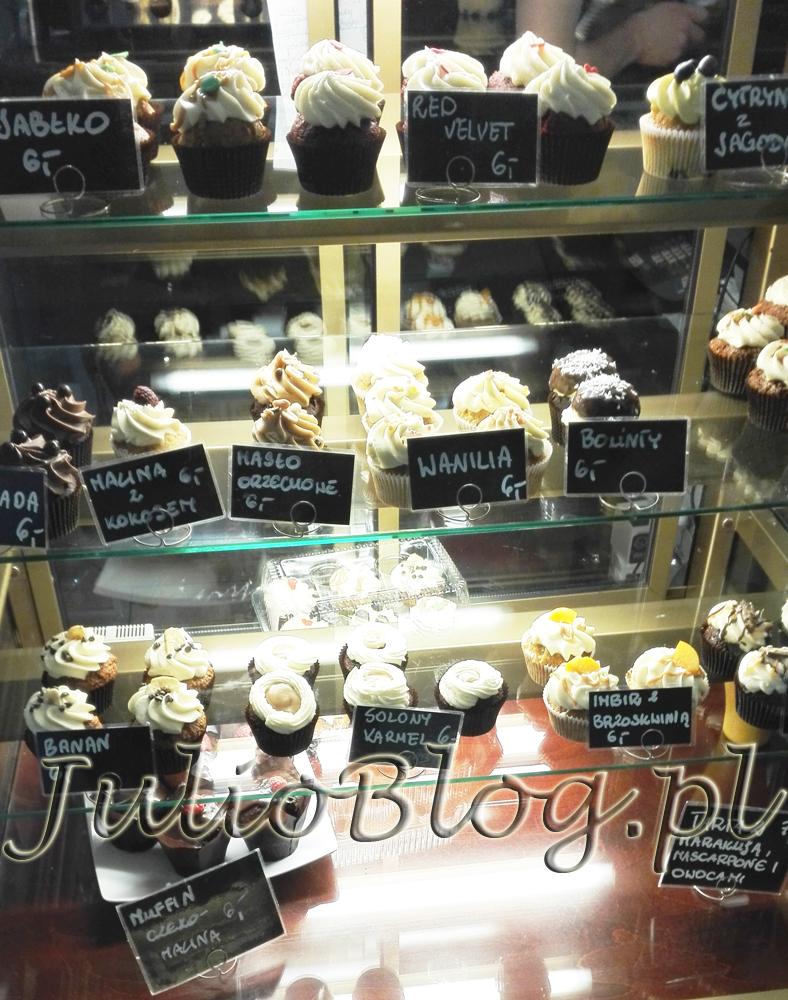 miss-cupcake-katowice-ulica-staromiejska-10-babeczki-cupcakes-kapkejki-julioblog-pl-blog-julii-solony-karmel-imbir-z-brzoskwinia-banan-muffin-muffiny-tarta-tarty-wanilia-maslo-orzechowe