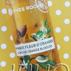 Relaksujący olejek pod prysznic migdał & kwiat pomarańczy Yves Rocher (17,90zł/200ml). Juliowym okiem. Olejek pod prysznic migdał & kwiat pomarańczy – czy jest godny uwagi? Olejek pod prysznic migdał & kwiat pomarańczy – czy jest godny uwagi? Julia 17 października 2016Juliowym okiem., Pielęgnacja ciała, Recenzje kosmetyczne, URODA Olejki pod prysznic to kategoria produktów, które bardzo lubię. Dlatego z przyjemnością wypróbowałam Relaksujący olejek pod prysznic migdał & kwiat pomarańczy Yves Rocher. Jak się sprawdził? Relaksujący olejek pod prysznic migdał & kwiat pomarańczy Yves Rocher (17,90zł/200ml) to kosmetyk naturalny w 96%, bez olejów mineralnych i bez parabenów. Relaksujący olejek pod prysznic migdał & kwiat pomarańczy Yves Rocher (17,90zł/200ml). Relaksujący olejek pod prysznic migdał & kwiat pomarańczy Yves Rocher (17,90zł/200ml). Made in France. Odżywczy olejek pod prysznic o niezwykle zmysłowej konsystencji i aksamitnej formule, która zmienia się na skórze w mleczną pianę. Migdał jest prawdziwym skarbem natury. Yves Rocher sprawi, że ulegniesz jego otulającej delikatności o słodkich i balsamicznych nutach. Połączony z absolutem Kwiatu Pomarańczy dającym świeże kwiatowe tchnienie o delikatnie miodowych akcentach wypełnia zmysły relaksującym zapachem o właściwościach odprężających. Składniki pochodzenia roślinnego: gliceryna roślinna. Formuła zawiera ponad 96% składników pochodzenia naturalnego. Formuła łatwo ulega biodegradacji. Flakon z plastiku z recyklingu, nadający się do recyklingu. Bez etoksylatów, bez olejów mineralnych, bez parabenów. Ingredients :glycerin,brassica campestris (rapeseed) seed oil,isopropyl palmitate,aqua/water/eau,ammonium lauryl sulfate,sodium cocoamphoacetate,prunus amygdalus dulcis (sweet almond) oil,parfum/fragrance,citric acid,limonene,xanthan gum,linalool,citronellol. Relaksujący olejek pod prysznic migdał & kwiat pomarańczy Yves Rocher (17,90zł/200ml) – polska etykietka z opisem, oraz skład INCI. Relaksujący olejek pod prysz