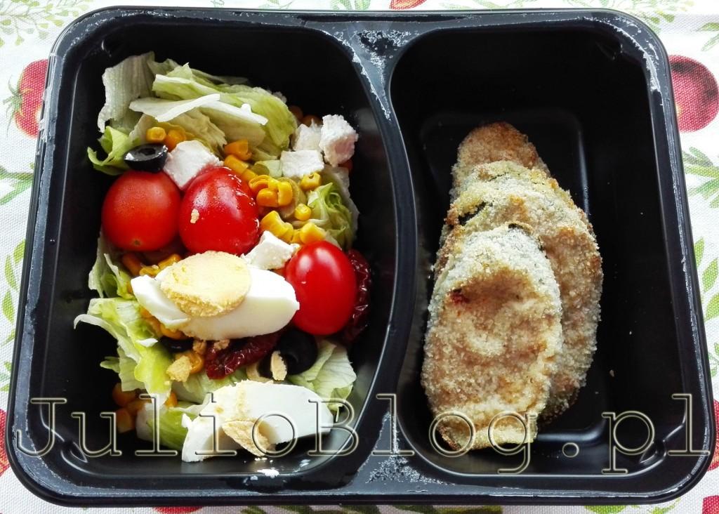 dieta-pudelkowa-catering-dietetyczny-dieta-w-pudelkach-z-dostawa-dietering-kolacja-wegetarianska-dieta-laktoowowegetarianska-salatka-kotlety-z-cukinii-julioblog-pl-blog-julii-opinia