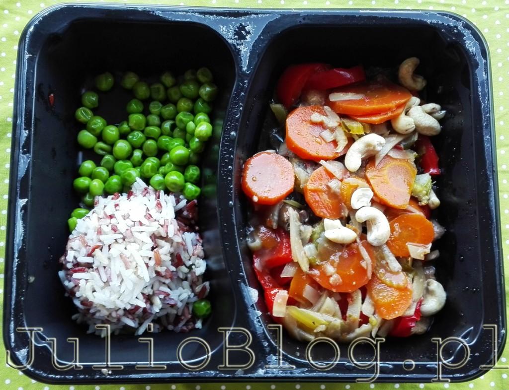 obiad-dietering-potrawka-z-kurczaka-z-orzechami-nerkowca-zielony-groszek-czerwony-ryz-bialy-dieta-srodziemnomorska-catering-dietetyczny-julioblog-pl-blog-julii-moja-opinia-ocena-czy-warto