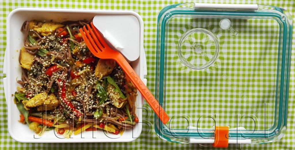 pudełka-na-lunch-box-appetit-black-blum-london-95zł-można-myć-w-zmywarce-używać-w-mikrofalówce-opinia-recenzja-czy-warto-blog-Julii-JulioBlog.pl-warzywa-z-makaronem-nasionami-konopii